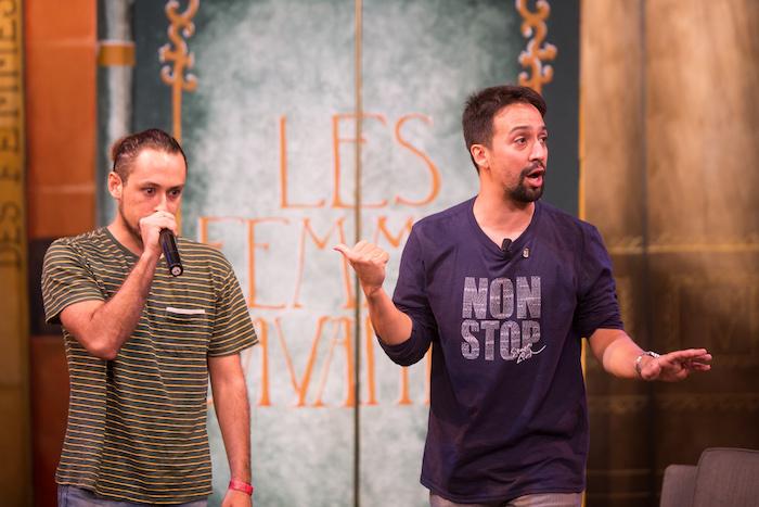 Foto 3- Lin Manuel junto al estudiante de Drama Ian Robles improvisando un rap