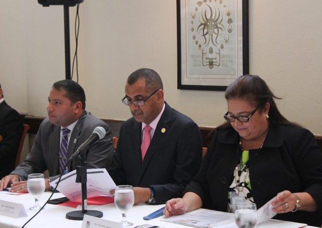 Desde la izquierda: el presidente de la Junta de Gobierno de la UPR, Walter Alomar Jiménez, el senador Abel Nazario y la contralora Yesmín Valdivieso. (Gil E. Rivera / Diálogo)