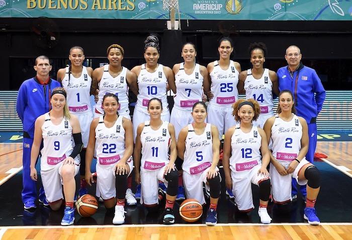 Jerry Batista junto al combinado nacional femenino que obtuvo su historica clasificacion al Mundial de Baloncesto 2018. (Suministrada)