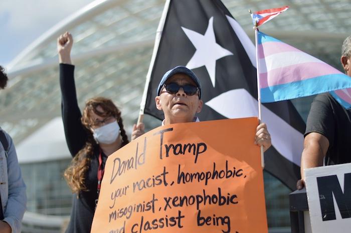 Manifestantes frente al Centro de Convenciones ante la llegada del Presidente Donald Trump