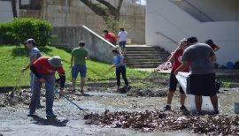 Voluntarios colaborando en el recogido de escombros en el Recinto de Río Piedras. (Andrés Santana Miranda/Diálogo)