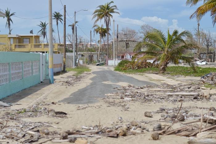 La marejada llegó hasta la primera calle contigua a la playa en Parcelas Suárez. (Andrés Santana Miranda/Diálogo)