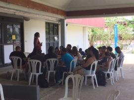 Profesores dan sus clases fuera de los edificios de la UPR Humacao. (Glorimar Velázquez/ Diálogo)