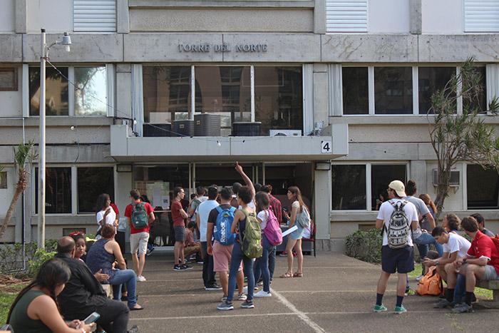 Estudiantes esperan a ser reubicados. (Andrés Santana Miranda/ Diálogo)