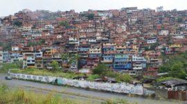 Centenares de miles de personas viven apretujadas y sedientas de servicios en las diferentes laderas de Petare, en el extremo este de Caracas, la mayor barriada informal de Venezuela y según diferentes expertos también de América Latina. Crédito: Humberto Márquez/IPS-629×353