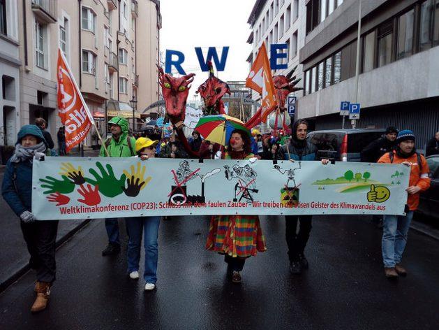 Durante la marcha climática de los pueblos, el sábado 11, por las principales calles de la ciudad alemana de Bonn, los manifestantes pidieron el alejamiento del carbón de la generación eléctrica, especialmente de las empresas alemanas, como la compañía RWE. Crédito: Emilio Godoy/IPS