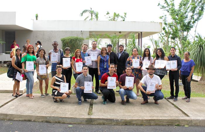 Estudiantes becados de UPRRP con Aileen Torres, Gloria Diaz Urbina y Darrel Hillman al centro
