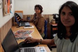 Graciela Tiburcio, en primer plano, y Carla Díaz, en la redacción del medio digital peruano Wayka. (Mariela Jara / IPS)
