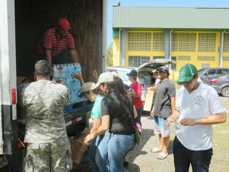Distribución de suministros para los residentes de la Urb. Guanajibo, Mayagüez.