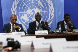 Adama Dieng (centro), asesor especial del secretrio general para la prenvención del genocidio, en conferencia de prensa durante su visita a la República Centroafricana, junto a Vladimir Monteiro (izquierda), portavoz de la Misión Multidimensional Integrada de Estabilización en República Centroafricana (Minusca). Crédito: Herve Serefio/UN Photo.