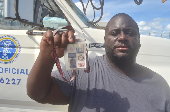 Aníbal Centeno Martínez muestra su identificación de la AEE donde se especifica que estaba autorizado a trabajar durante la emergencia.