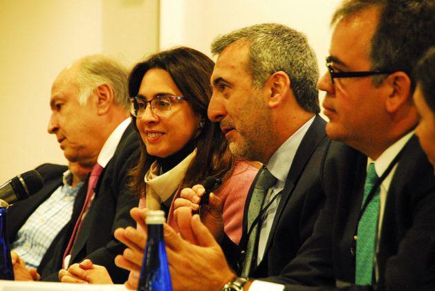 El exrelator especial para la Libertad de Expresión Ignacio Álvarez (primero a la derecha), seguido del actual relator, Edison Lanza, y la exrelatora Catalina Botero, durante el acto de conmemoración del 20 aniversario de la institución interamericana en Bogotá. Crédito: Franz Chávez/IPS