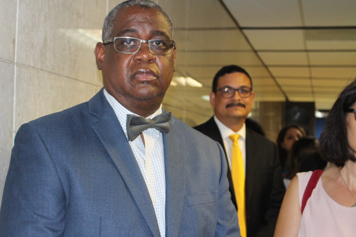 Carlos Seberino y Uroyoán Walker salen de la vista en el tribunal.