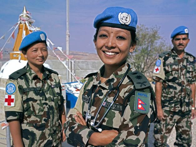 Capitana Barsha Bajracharya fotografiada con dos compañeras en el puesto de la ONU 8-30, cerca de la ciudad de Shakra, en el sur de Líbano. Crédito: Pasqual Gorriz/UNIFIL