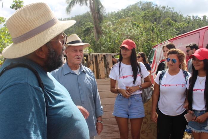 El recorrido geográfico por los pueblos de Arecibo y Adjuntas impulsó el diálogo entre profesores, estudiantes y expertos en la agricultura. (Kenneth Matos Ramos/Diálogo)