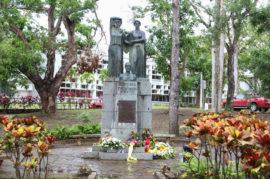 Monumento de Hostos con ofrendas florales