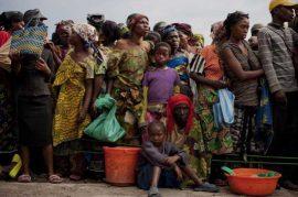 Familias hacen fila para recibir raciones de alimentos en Goma, República Democrática del Congo, el 25 de noviembre de 2012. Crédito: CARE/Kate Holt