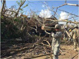 La Guardia Nacional de Carolina de Sur limpia los escombros dejados por el huracán María en Puerto Rico. Crédito: Capitán Tammy Muckenfuss/Ejército de Estados Unidos.