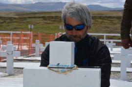 Julio Aro en el cementerio de Darwin, en Malvinas. El excombatiente trabajó desde 2008 con el objetivo de identificar a los soldados argentinos enterrados en las islas como NN. Crédito: Gentileza de Julio Aro.