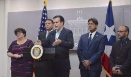 Ricardo Rosselló junto al presidente de la UPR y el presidente de la Junta de Gobierno de la UPR. (Suministrada)