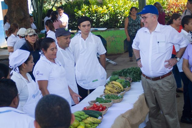 El representante para América Latina y el Caribe de la FAO, Julio Berdegué, durante su visita a la escuela rural de Pepenance, en el occidente de El Salvador, que se ha convertido en un modelo en alimentación saludable, dentro del programa de escuelas sostenibles del país. Crédito: Edgardo Ayala/IPS