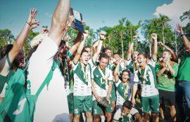 Celebracion de los Tarzanes del Colegio por su revalidacion de campeonato en el futbol masculino de la LAI. (L. Minguela LAI)