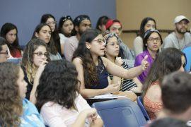Estudiantes de la facultad de ciencias de la UPR Arecibo realizaron preguntas a los panelistas invitados de Amgen sobre la rama de la biotecnologia3.