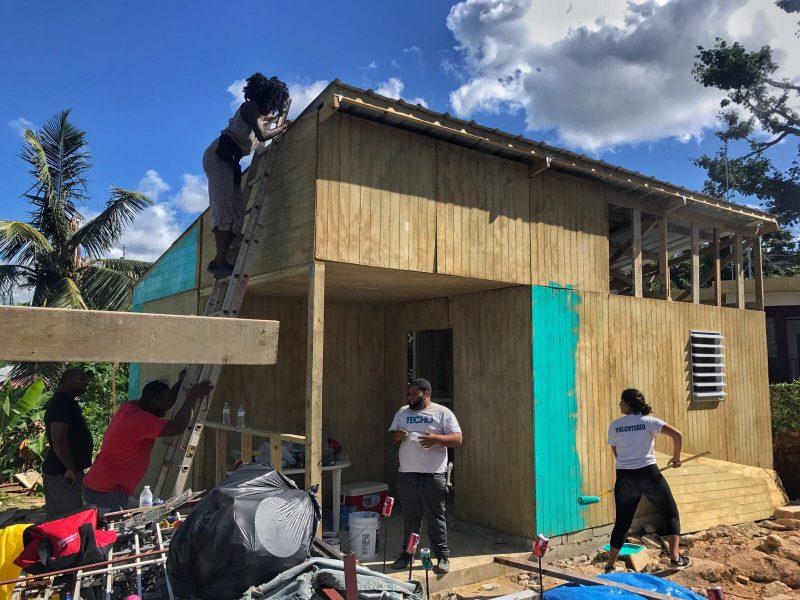 Voluntarios de TECHO construyen hogar en Canóvanas.