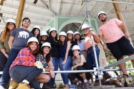 Foto 2 Grupo de estudiantes que trabajan en proyecto de reconstrucción junto al Arq Pablo Ojeda