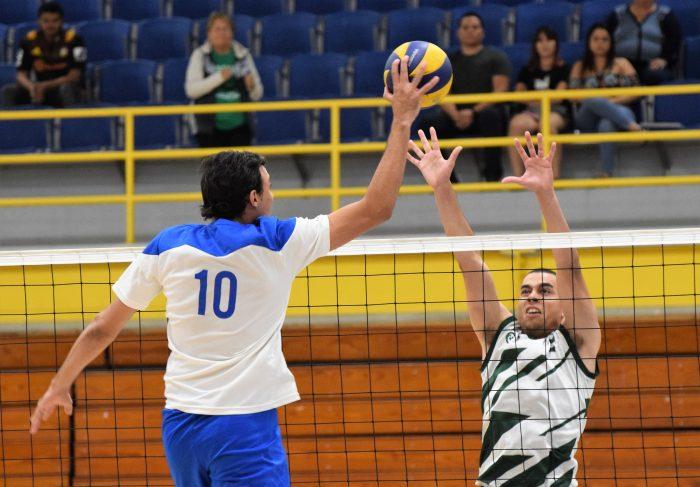 Los Pioneros de la Católica eliminaron a los Tarzanes del Colegio en el voleibol. (Z. Acosta LAI)