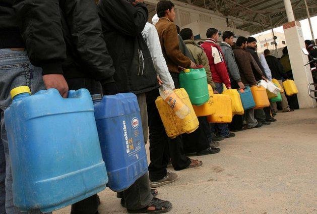 En la ciudad de Gaza, en el territorio palestino ocupado por Israel, muchas personas hacen fila con la esperanza de conseguir algo de combustible. Crédito: Mohammed Omer/IPS.