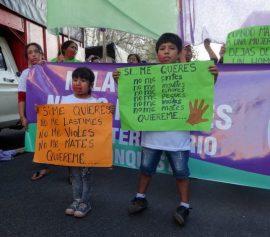 """Una niña y un niño con sendos carteles, uno de los cuales reza: """"si me quieres, no me lastimes, no me violes, no me mates, quiéreme"""", durante una de las manifestaciones en Buenos Aires bajo la consigna """"Ni una Menos"""", que se suceden desde 2015 contra la violencia de género. Crédito: Fabiana Frayssinet/IPS"""
