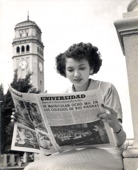 Estudiante UPR Rio Piedras leyendo periodico Universidad – Proyecto Narrativa Visual