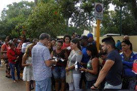 personas en embajada colombiana en La Habana ips