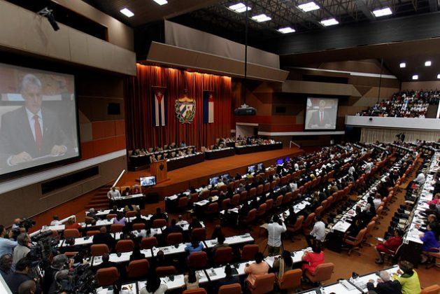 Tras ser investido, el nuevo presidente de Cuba, Miguel Díaz-Canel, se dirige a los participantes en el cierre de la sesión de apertura de la IX Legislatura de Asamblea Nacional del Poder Popular (parlamento), en el Palacio de Convenciones, en La Habana. Crédito: Jorge Luis Baños/IPS