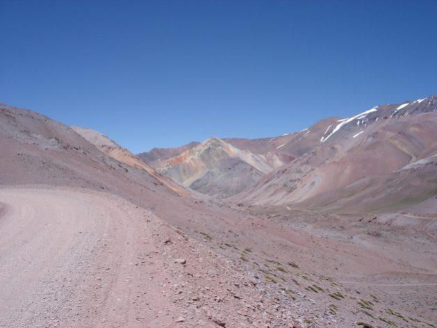 Camino-Agua-Negra.-Al-fondo-Cerro-La-Gitana-los andes ips
