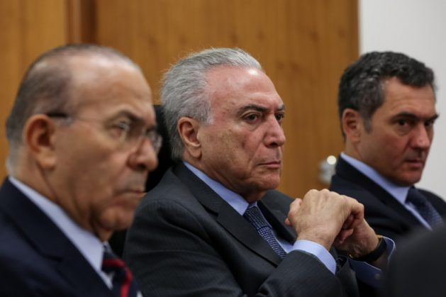 Michel Temer, con gesto adusto, durante un acto en el palacio de Planalto el 24 de abril, sede de la presidencia, en Brasilia. Las acusaciones de corrupción en su contra y la impopularidad en que está hundida su figura, contribuyen al triste cierre del ciclo democrático iniciado en Brasil en 1985. Crédito: Marcos Corrêa/PR