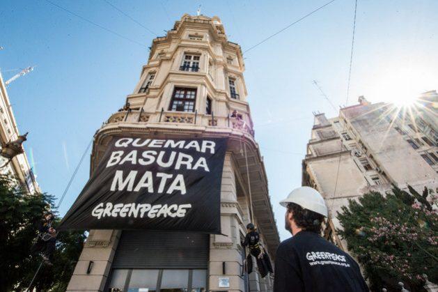Activistas de la organización ecologista Greenpeace treparon el martes 3 los muros exteriores del parlamento de la Ciudad Autónoma de Buenos Aires, para hacer visible un rechazo al proyecto para permitir nuevamente incinerar la basura en la capital argentina, lo que rechazan organizaciones ambientales y sociales. Crédito: Cortesía de Greenpeace Argentina