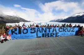 Una protesta contra la construcción sobre el río Santa Cruz, en la Patagonia argentina, de dos mega centrales hidroeléctricas, con una inversión china de 5.000 millones de dólares. Pese a los cuestionamientos ambientales, el gobierno de Mauricio Macri decidió seguir adelante con los proyectos. Crédito: Cortesía de FARN