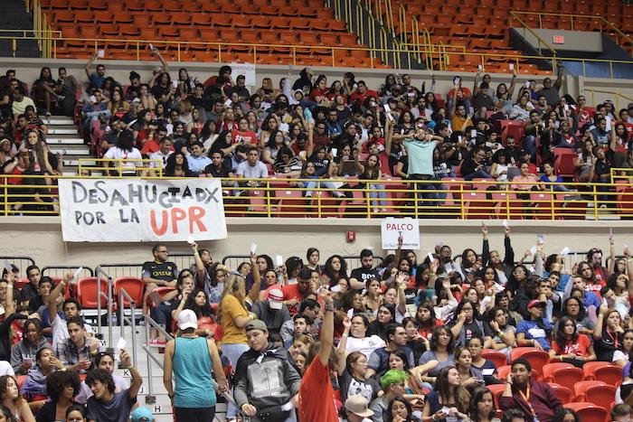 La asamblea general de estudiantes se celebró en el coliseo Roberto Clemente y duró cerca de siete horas. (Glorimar Velázquez / Diálogo)