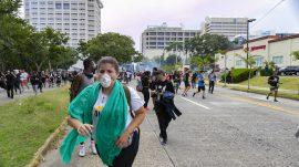 Manifestantes reciben gases lacrimógenos. (Gabriel Soto)