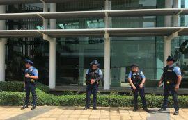 Policias frente a Popular Center (Joel Cintrón/CPI)