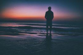 Hobre en la playa