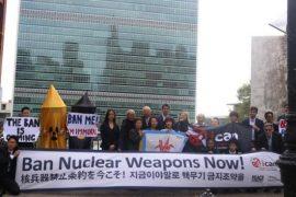 Sobrevivientes japoneses de la bomba atómica y manifestantes de la Campaña Internacional para Abolir las Armas Nucleares antes de la votación en la sede de la Organización de las Naciones Unidas en Nueva York, en octubre de 2016. Crédito: Peace Boat.