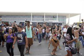 Indígenas y descendientes de esclavos se manifiestan en Brasilia ante el Palacio de Planalto, sede de la presidencia de Brasil. Las protestas contra el gobierno y los políticos por la falta de respuesta a sus necesidades son cotidianas en el país y propician los bandazos del electorado. Crédito: Antonio Cruz /Agencia Brasil-Fotos Públicas