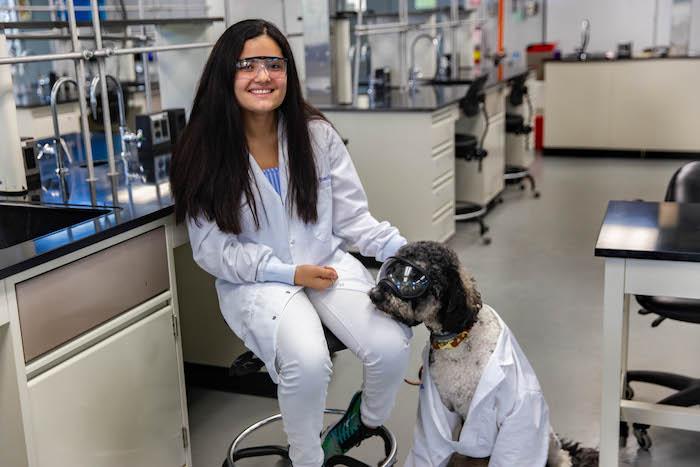 La estudiante universitaria Juliana Bonilla su can de servicio 3