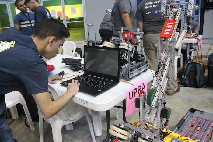 Foto3 – Estudiante codificando el robot antes de iniciar la final de la competencia.