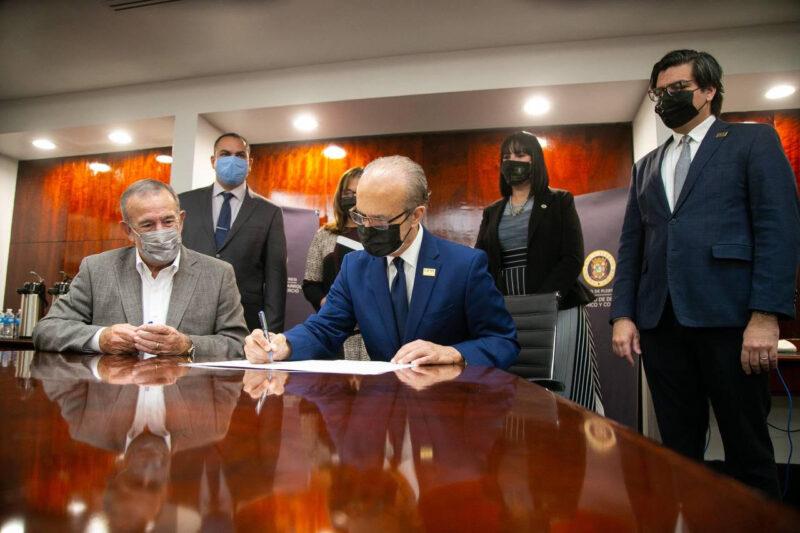 Los-funcionarios-Jorge-Haddock-y-Manuel-Cidre-firman-acuerdo-interagencial-acompanados-por-sus-respectivos-equipos-de-trabajo-15.03.2021