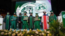 Estudiantes-reciben-sus-diplomas